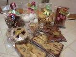 地下一階ケーキショップにてケーキ&焼き菓子各種あります。