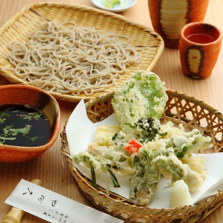 野菜天ぷらは季節野菜をさくさくの衣で包み込んだ滋味深い逸品