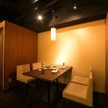 3方を壁に囲まれた適度なプライベート感を保ちながらも、店内全体を見渡せる開放感も味わえるとっておきのお席です