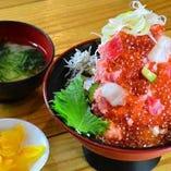〈当店名物〉漁師の富士山盛り丼