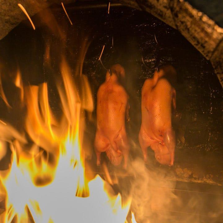 伝統的な薪窯で焼く北京ダック