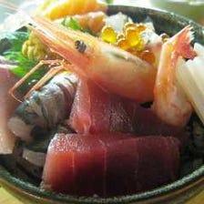 様々な魚介達が盛り込まれる、豪華海鮮丼!