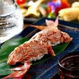 裏メニューの肉寿司はリピーター続出のメニュー。
