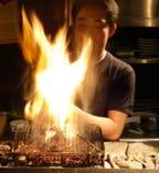 名古屋コーチンの地鶏炭火焼。備長炭で豪快に焼き上げます。