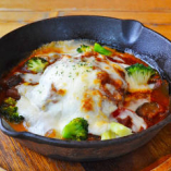グリル野菜と特製デミグラスの煮込みハンバーグ グラタン仕立て