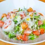 スモークベーコンと蘭王卵のシーザーサラダ