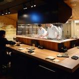 広々カウンター席。 目の前で豪快に創られる料理は迫力抜群です!