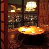 可愛らしい照明が彩る丸テーブル席も