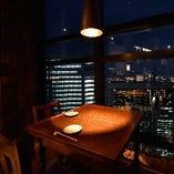 【店内】 テーブル席や個室席から汐留の絶景を望むことが可能