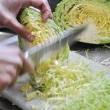 きん太の朝は、キャベツ切りから始まります。毎朝届く新鮮なキャベツを、お好み焼用、焼きそば用に切り分けています。