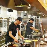 お好み焼・鉄板焼などの焼き仕事は、厳しい実技試験をくぐり抜けた焼き技の名人「焼匠(やきしょう)」が匠の技で焼き上げた後に、テーブルまでお持ちいたします。