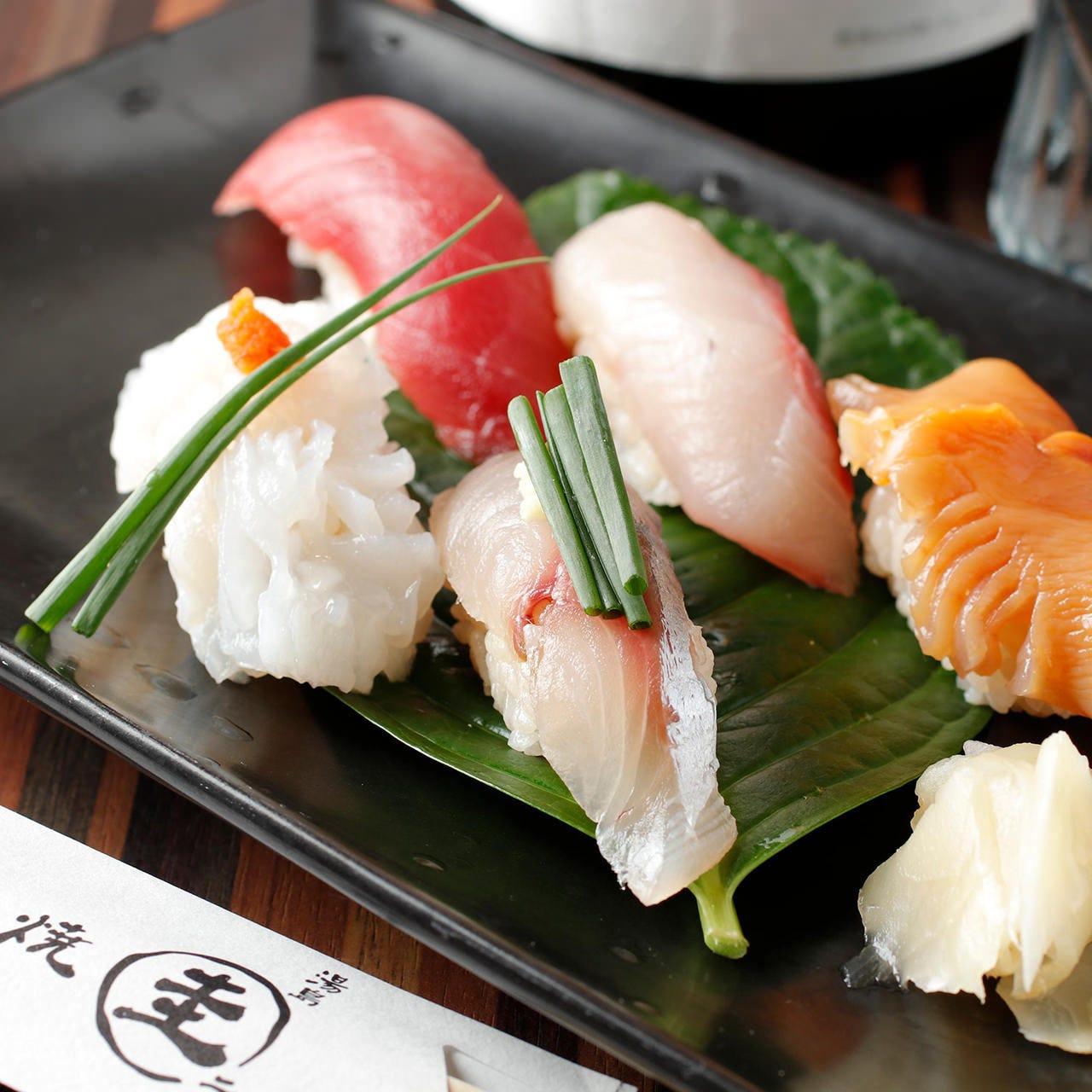 赤酢の香りのシャリが魚介の旨味を引き出し、口の中が幸せに♪