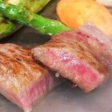 お肉料理や人気のトマトお好み焼きなどこだわり料理が沢山。