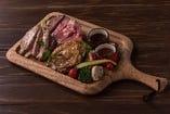 <ディナー>肉の盛り合わせ(税込3,024円)URGEオススメのローストビーフや国産鶏のロースト、赤城豚のローストが盛り合わせになった贅沢な一品!