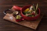 <ディナー>10種産直野菜のオーブン焼き〜2種のディップソース(税込1,296円)10種の野菜が嬉しい!グリルした野菜をアボガドとチーズソースでどうぞ♪