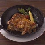 <ディナー>国産とりもも肉のロースト(税込1,382円)皮までパリッとした国産鶏のジューシーな味わい 赤ワインソースでお召し上がりください♪
