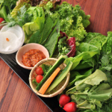 彩り豊かな約10種類の旬野菜を盛り合わせた『特製野菜サンパ』