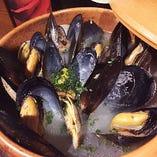 三陸産天然ムール貝とアサリの白ワイン蒸し