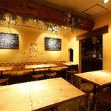 テーブル席はロングテーブル&ミドルチェアでゆっくり楽しめるスタイルに