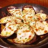 自家製トマトソースとモッツァレラチーズをたっぷり使った三陸産天然ムール貝のトマトオーブン焼き