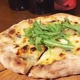 4種類のチーズにピエモンテ産のはちみつをかけて