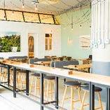 淡いグリーンが爽やかな店内。オシャレな空間でカフェタイム!