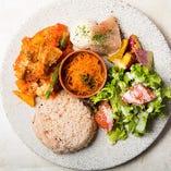 グリルチキンと彩り野菜のトマト煮込み