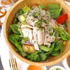 ランチに大人気!野菜たっぷりサラダ