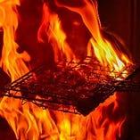 豪快に焼き上げる炭火焼き!