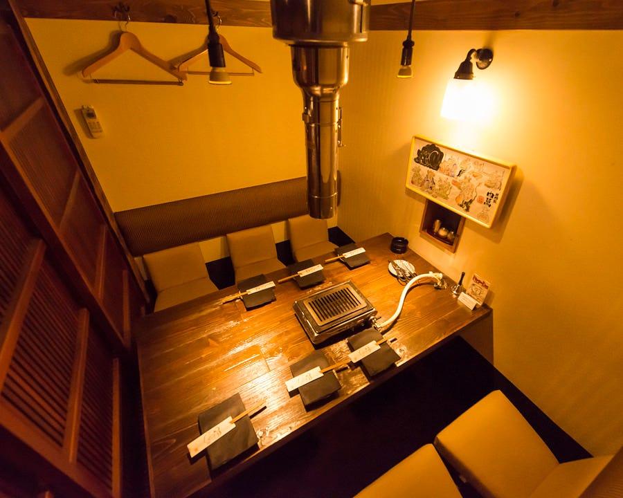 個室は4~6名様。小上がりは12名様。20名様以上で貸切可能。