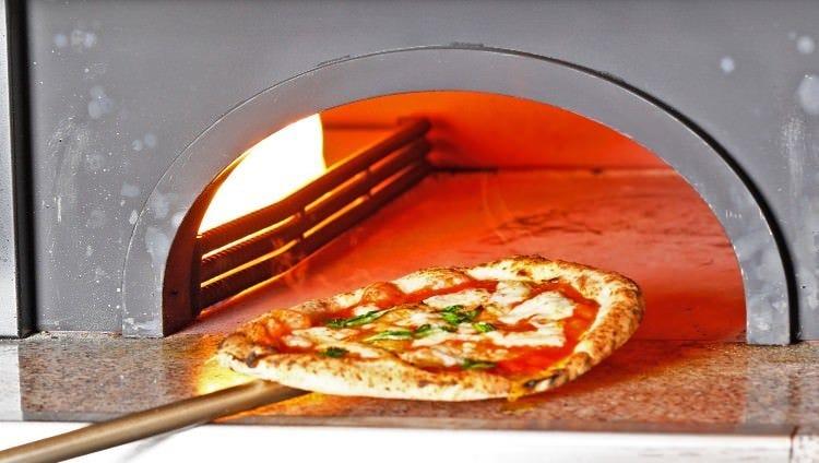 石窯で焼き上げた出来立て熱々の本格ナポリピッツァをご堪能!