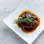 『牛肉の赤ワイン煮込み』