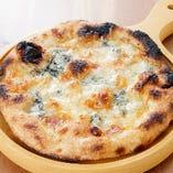 チーズ好きにおすすめ「4種のチーズピザ はちみつ添え」
