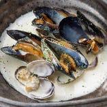 癖になる濃厚な味わい「あさりとムール貝のゴルゴンゾーラ蒸し」
