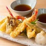 寿司ネタに使える品質の鮮魚をてんぷらに。オリジナル塩でどうぞ