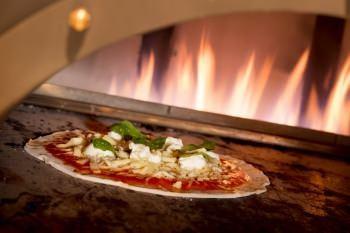 本格ピザ釜で焼く焼きたてピッツァ