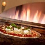 窯で焼き上げるピザは焼き立てが絶品。