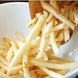 お子様も大人も大好きなフライドポテトやスマイルポテトなど 温かいうちにお召し上がりください!!