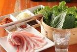 新鮮なお野菜は食べ放題です! ゴマの葉・大葉・サンチュなどなど。