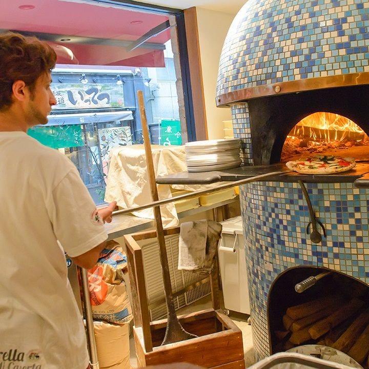 毎朝生地から造るピッツァ 400℃の釜で40秒で焼き上げます