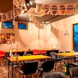 イタリアン酒場らしい空間が魅力のテーブル席(2~4名様×6卓、2~6名様×5卓)