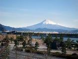 富士山を一望できる店内で、お食事をお楽しみください。