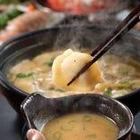 地鶏の濃厚スープで食べる【炊き餃子鍋】、〆のラーメンもぜひ!