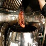 北京ダック、焼豚など焼料理には特注窯を使用しています。