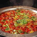たっぷりの唐辛子と薬膳で作るこの冬おすすめの新しい鍋。