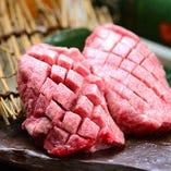 【牛神に来たら一度は食べてほしい極シリーズ!】牛神極生タン  牛神極生タンは、タン元の非常に柔らかく脂がのっている部分だけを使用しているため1本から1人前しか使用してないため非常に人気のある一品です。