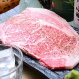 リブロースステーキ贅沢にリブロースをそのまま分厚くカットしてお客様に提供したます。更に美味しく召し上がれるようにわさびを付けてお好みでお召し上がりください。
