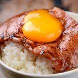 【牛神に来たら一度は食べてほしい極シリーズ!】牛神上ロース  当店では、リブロースのリブ芯だけを贅沢に使用しており、提供するときは、スライスし牛神特製のもみだれを使用しています。トッピングの卵を絡めて美味しさ倍増!!また、ご飯に海苔みたいに上ロースを巻いて食べたらまた違った味が楽しめる一品です。