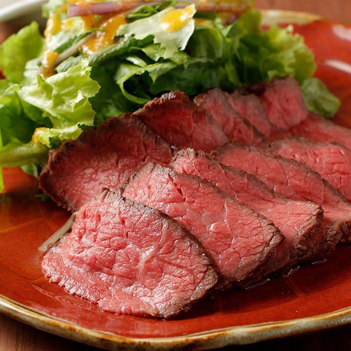 ジューシーでやわらかな肉質が特徴の彩々牛ローストビーフ