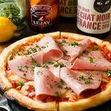 ナポリ風モルタデラのピザ